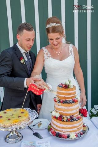 Tortenanschnitt auf einer Hochzeit